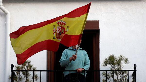 Una persona con una bandera de España - Sputnik Mundo