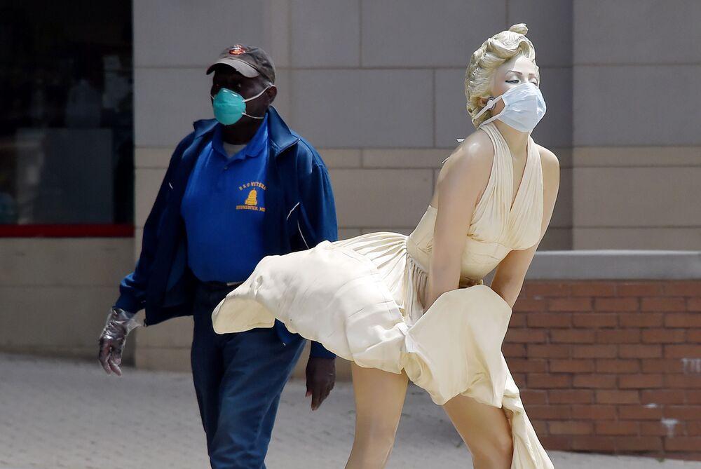 La estatua 'The Forever Marilyn' de Seward Johnson, en el National Harbor de Maryland, EEUU
