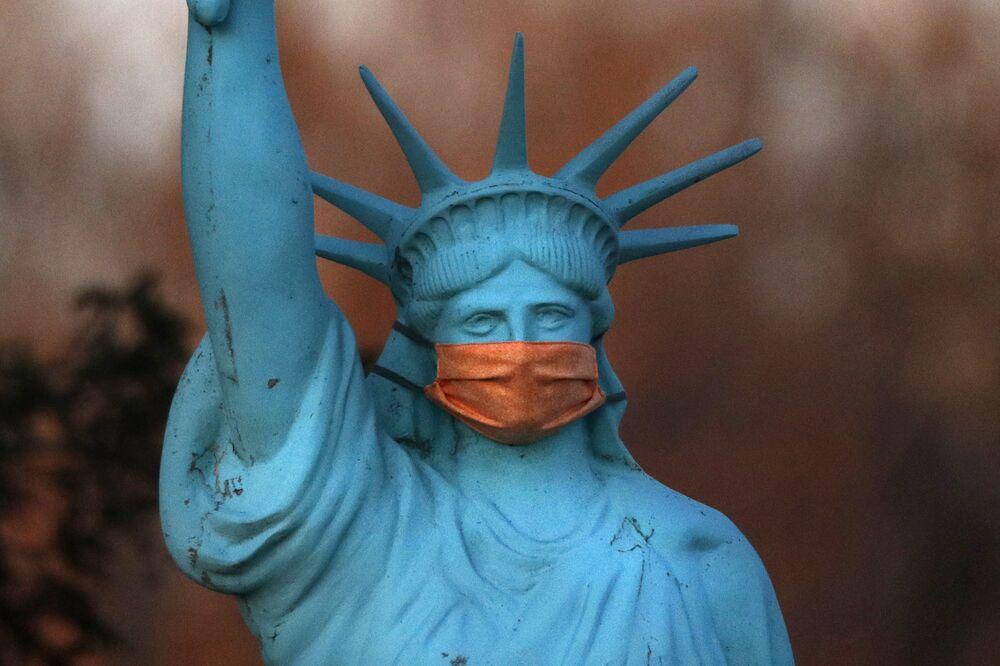 Réplica de la Estatua de la Libertad con mascarilla en Deer Isle, Maine, EEUU