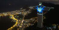 Estatua de Cristo Redentor con iluminación en forma de máscara y con una inscripción en portugués que reza 'La máscara salva' en Río de Janeiro, Brasil.
