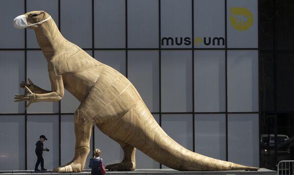 Un modelo de dinosaurio enmascarado en el Museo de Ciencias Naturales de Bruselas. - Sputnik Mundo