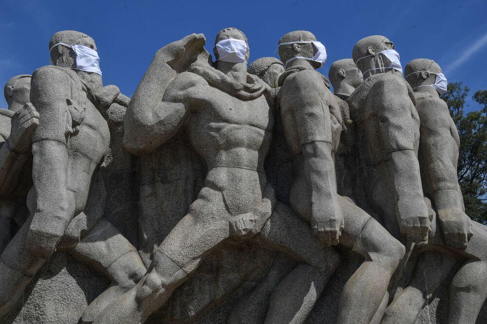 Estatuas del Monumento das Bandeiras con máscaras protectoras en Sao Paulo, Brasil.