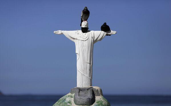 Una escultura de arena del Cristo Redentor con una máscara protectora en la playa de Copacabana de Río de Janeiro, Brasil.  - Sputnik Mundo