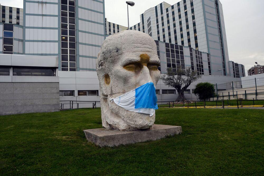 Monumento a Santiago Ramón y Cajal, el médico español que fundó la neurobiología moderna. Trabajo de Eduardo Carretero en las inmediaciones del hospital que lleva su nombre en Madrid.