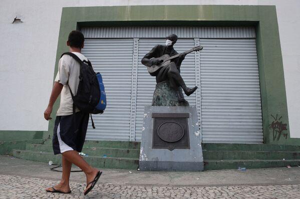 Una estatua del músico y poeta brasileño Cartola con mascarilla en Río de Janeiro.  - Sputnik Mundo