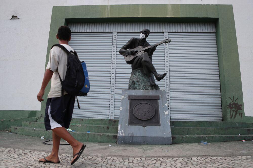 Una estatua del músico y poeta brasileño Cartola con mascarilla en Río de Janeiro.