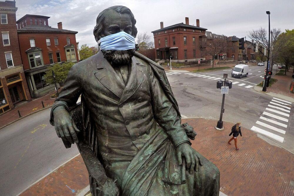 Monumento al famoso poeta estadounidense Henry Wadsworth Longfellow en Portland, Maine, EEUU.