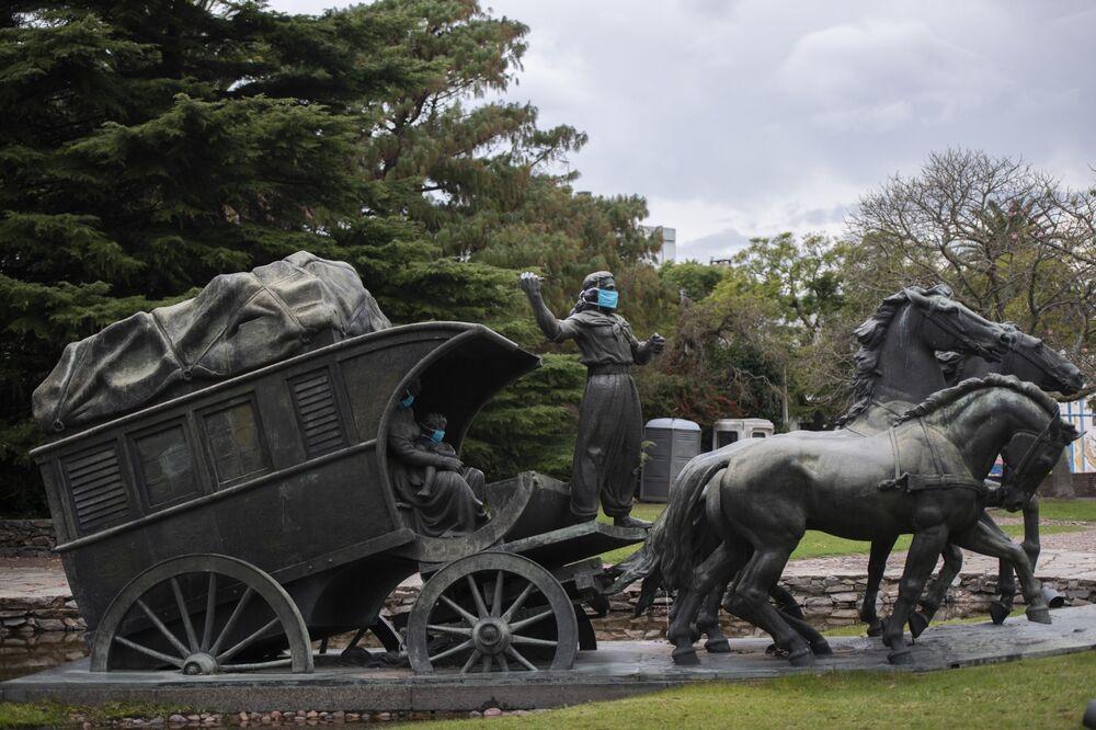 Composición de la escultura 'Dilijans' en el Parque del Prado de Montevideo, Uruguay.