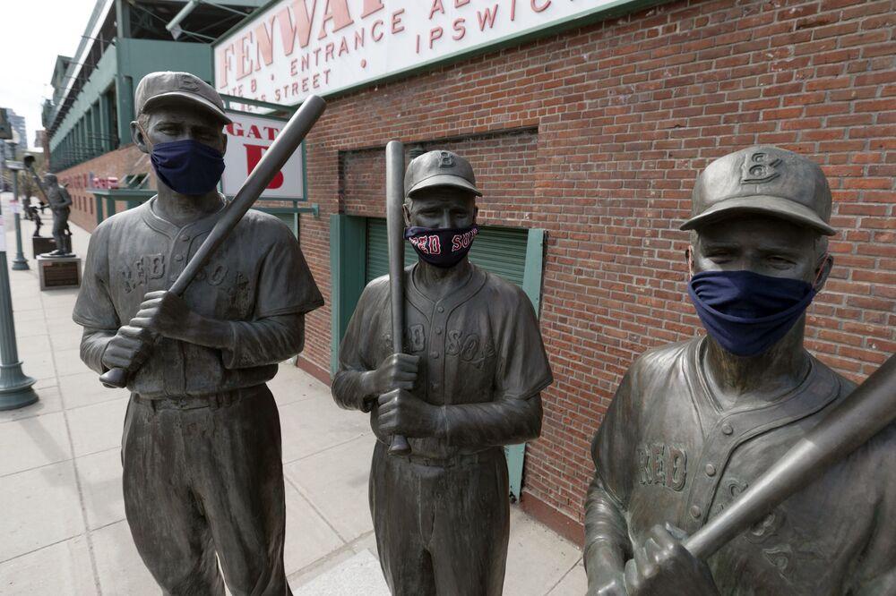 Estatua de famosos jugadores de Boston Red Sox con mascarillas en Boston, EEUU.