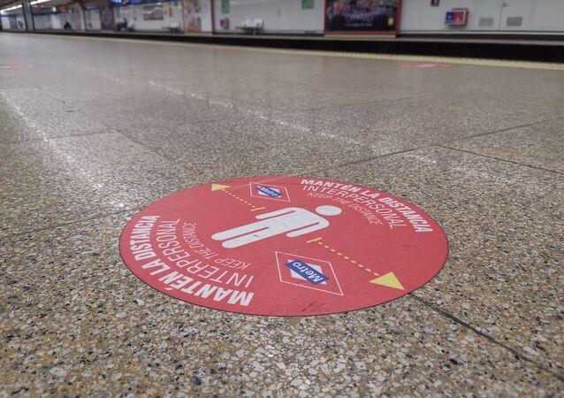 Metro Madrid añade vinilos en el suelo para recordar la distancia de seguridad
