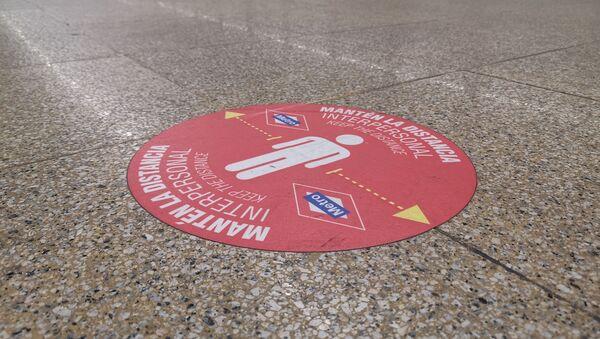 Metro Madrid añade vinilos en el suelo para recordar la distancia de seguridad - Sputnik Mundo