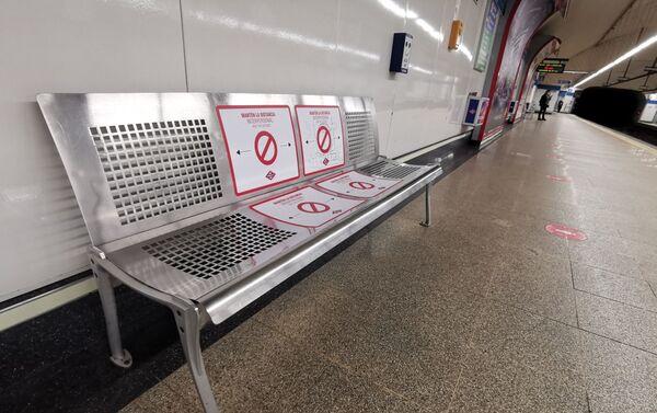 Metro Madrid añade vinilos en sus bancos para recordar la distancia de seguridad - Sputnik Mundo