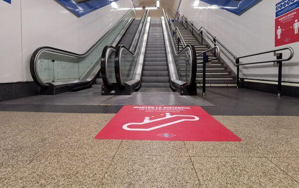 Metro Madrid añade vinilos en sus instalaciones para recordar la distancia de seguridad - Sputnik Mundo