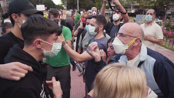 Enfrentamientos entre los manifestantes contrarios al Gobierno y los grupos antifascistas en Alcorcón, España - Sputnik Mundo