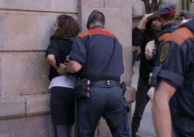 Los Mossos detienen a una manifestante en Barcelona