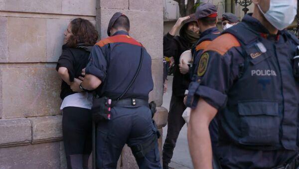 Los Mossos detienen a una manifestante en Barcelona - Sputnik Mundo