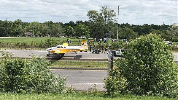 El aterrizaje forzoso de una avioneta en la autopista I-470 - Sputnik Mundo