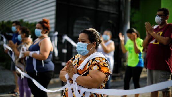Gente con mascarillas durante el brote de coronavirus en El Salvador - Sputnik Mundo