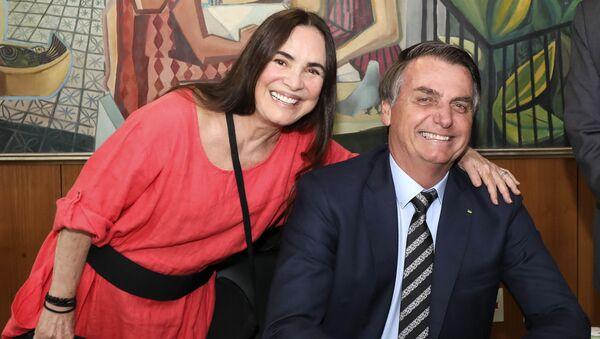 La actriz brasileña, Regina Duarte, y el presidente de Brasil, Jair Bolsonaro - Sputnik Mundo
