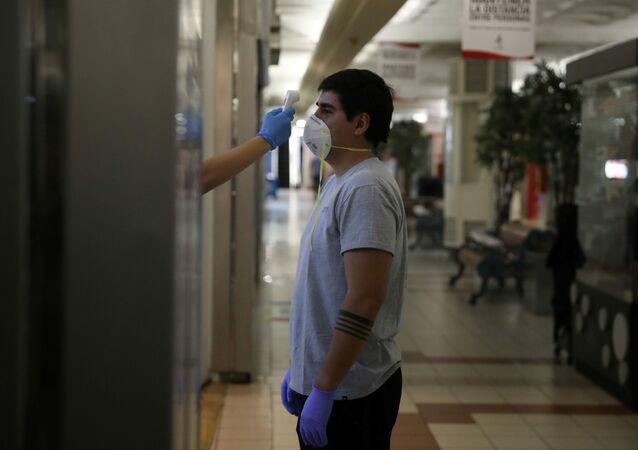 Un chico con mascarilla durante el brote de coronavirus en Chile
