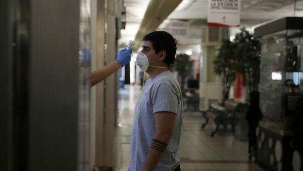 Un chico con mascarilla durante el brote de coronavirus en Chile - Sputnik Mundo