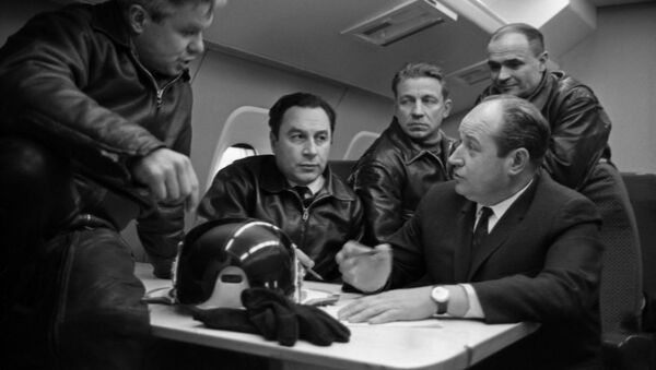 El diseñador de aviones sovietico Alexéi Túpolev (último a la derecha) con el piloto de pruebas y su equipo discute las pruebas del avión de pasajeros Tu-144 - Sputnik Mundo