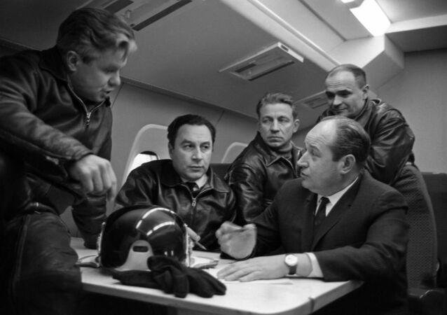 El diseñador de aviones sovietico Alexéi Túpolev (último a la derecha) con el piloto de pruebas y su equipo discute las pruebas del avión de pasajeros Tu-144