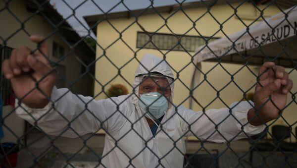 Doctor en Ecuador posa para una foto - Sputnik Mundo