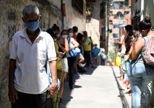 Venezolanos hacen cola para recibir comida en Caracas
