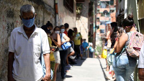 Venezolanos hacen cola para recibir comida en Caracas - Sputnik Mundo