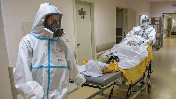 Transportación de un paciente con coronavirus - Sputnik Mundo