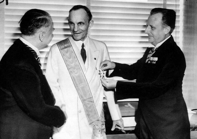 Henry Ford recibe la Gran Cruz del Águila Alemana