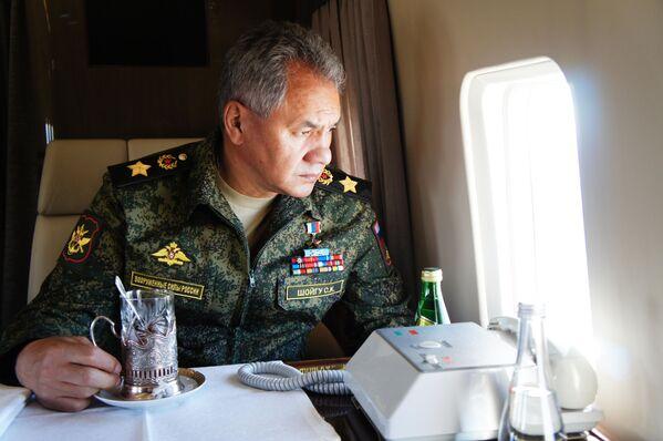 Министр обороны России Сергей Шойгу во время облета забайкальского полигона Цугол - Sputnik Mundo