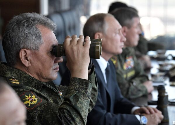 Верховный главнокомандующий ВС РФ Владимир Путин и генерал армии Сергей Шойгу на полигоне Цугол - Sputnik Mundo