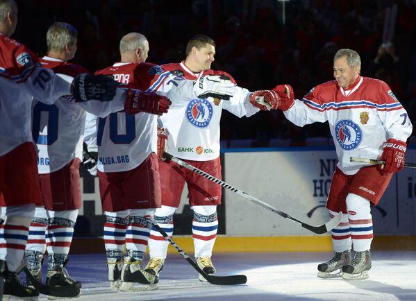 Министр обороны РФ Сергей Шойгу во время приветствия участников гала-матча турнира Ночной хоккейной лиги в Сочи - Sputnik Mundo