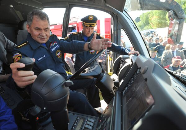 Министр обороны РФ Сергей Шойгу во время осмотра пожарного автомобиля аэродромного тушения Magirus Superdragon x8 - Sputnik Mundo