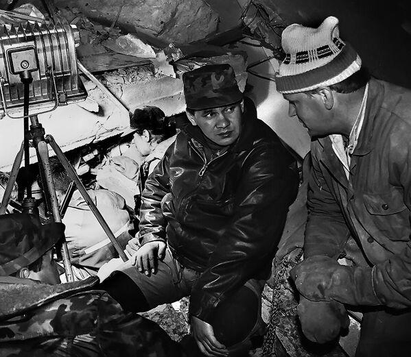 Министр по чрезвычайным ситуациям Сергей Шойгу на месте разрушительного землетрясения в Нефтегорске - Sputnik Mundo