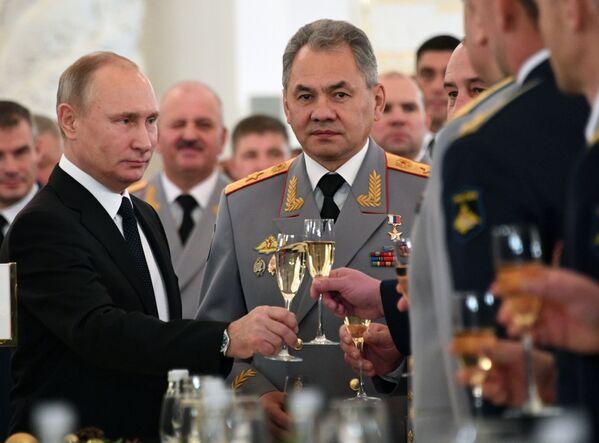 Президент РФ Владимир Путин и министр обороны РФ Сергей Шойгу на встрече с военнослужащими, участвовавшими в операции в Сирии - Sputnik Mundo