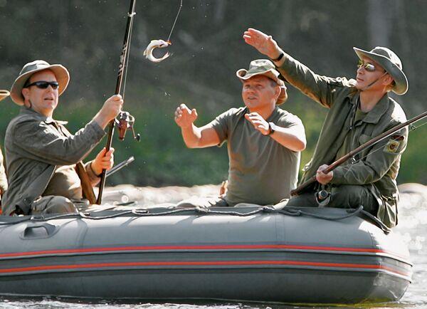 Князь Монако Альберт II, глава МЧС Сергей Шойгу и президент России Владимир Путин во время рыбной ловли в верховьях реки Енисей - Sputnik Mundo