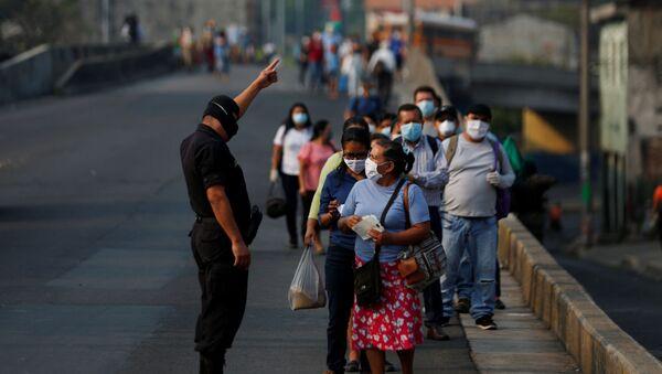 Gente y un policía con mascarillas durante el brote de coronavirus en El Salvador - Sputnik Mundo
