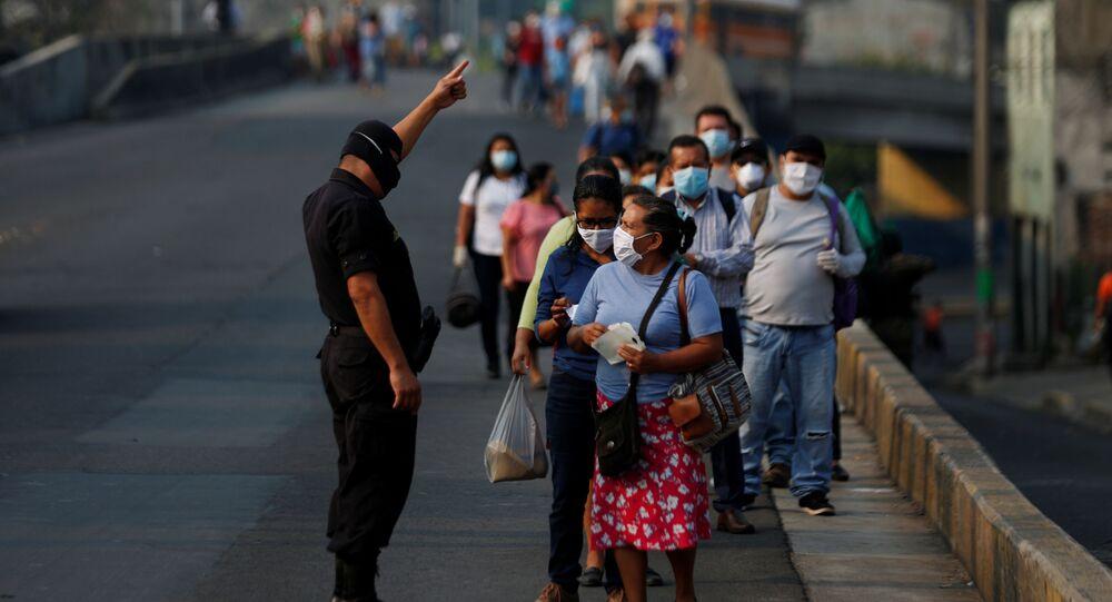 Gente y un policía con mascarillas durante el brote de coronavirus en El Salvador