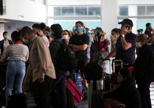 La gente esperando en un aeropuerto