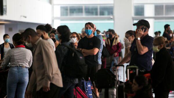 La gente esperando en un aeropuerto - Sputnik Mundo