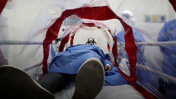 Traslado de paciente con COVID-19 (imagen referencial) - Sputnik Mundo