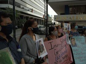 Los ecuatorianos cuyos familiares fallecieron de COVID-19 exigen que sus cuerpos sean devueltos