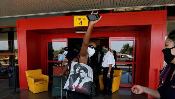 Un pasajero en el aeropuerto de La Havana - Sputnik Mundo