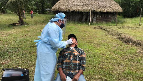 Un indígena Siekopai realizándose un test de coronavirus - Sputnik Mundo