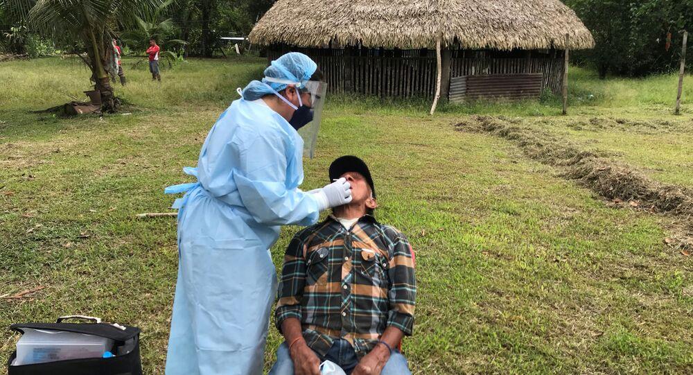 Un indígena Siekopai realizándose un test de coronavirus