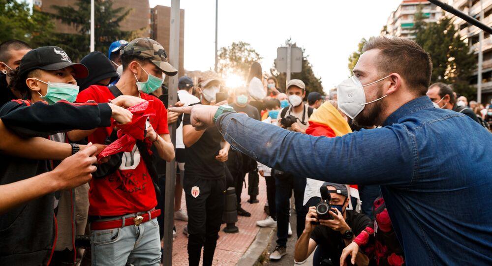 Discusión entre manifestantes a favor y en contra del Gobierno español