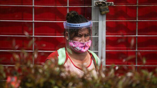 Una mujer con mascarilla en Bogotá, Colombia - Sputnik Mundo